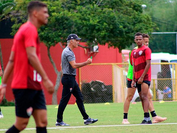 Com retorno de Ruy e Léo Gomes, Vitória embarca para Maceió