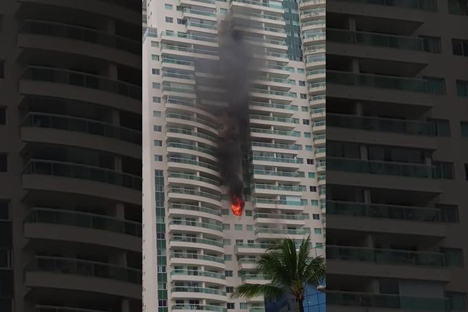 Apartamento de luxo na Avenida Tancredo Neves pega fogo