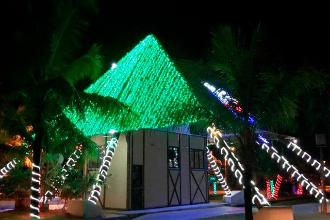 Prefeitura inaugura iluminação e decoração de Natal em Praia do Forte