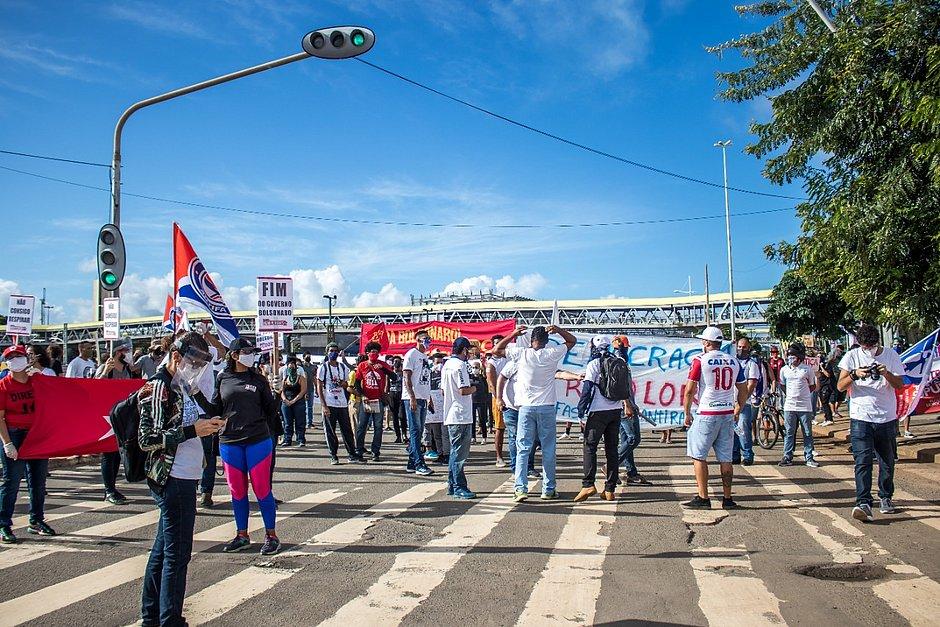 Grupo faz protesto em Salvador em defesa da democracia