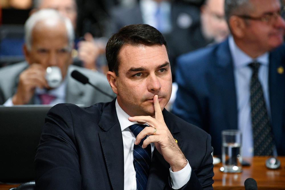 MPF intima Flávio Bolsonaro à depor