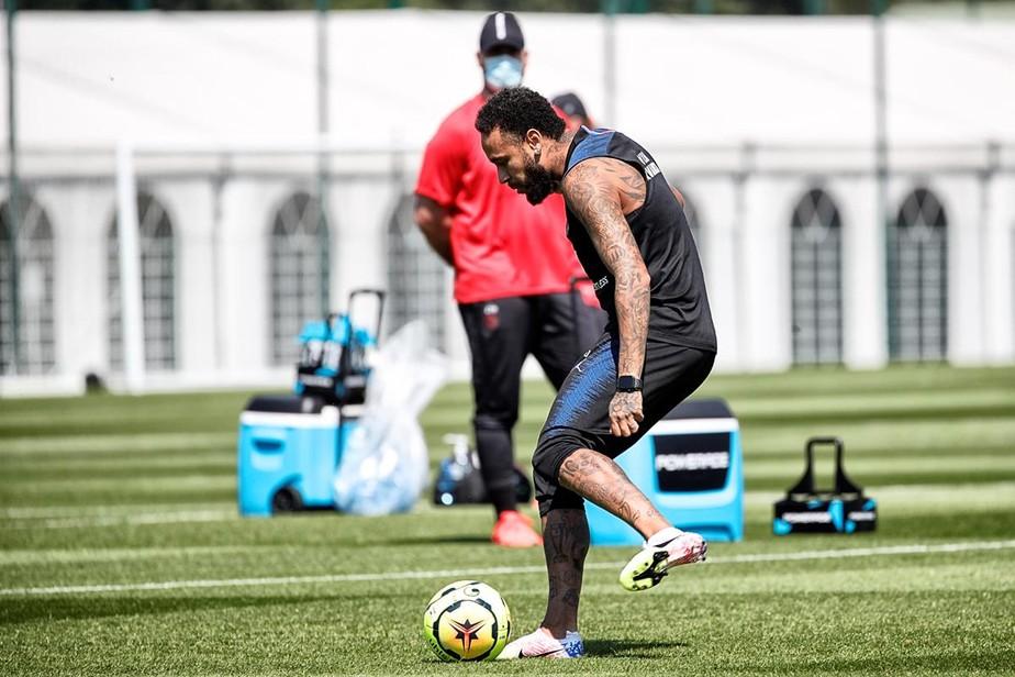 Com Neymar no comando, PSG volta a treinar no campo