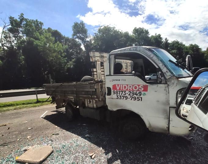 Roda de caminhão solta e provoca acidente na BA-099, próximo a Praia do Forte