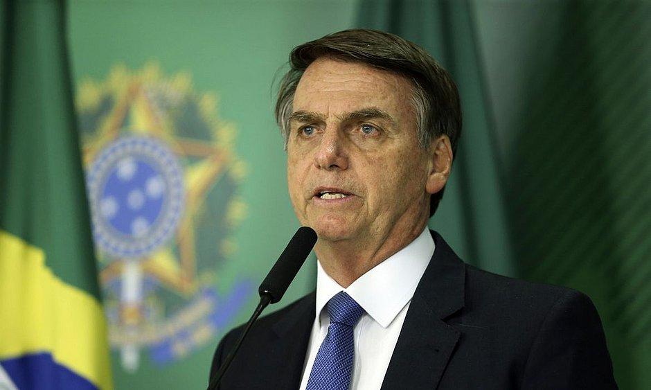 Bolsonaro veta obrigatoriedade de fornecer água, comida e leitos para índios