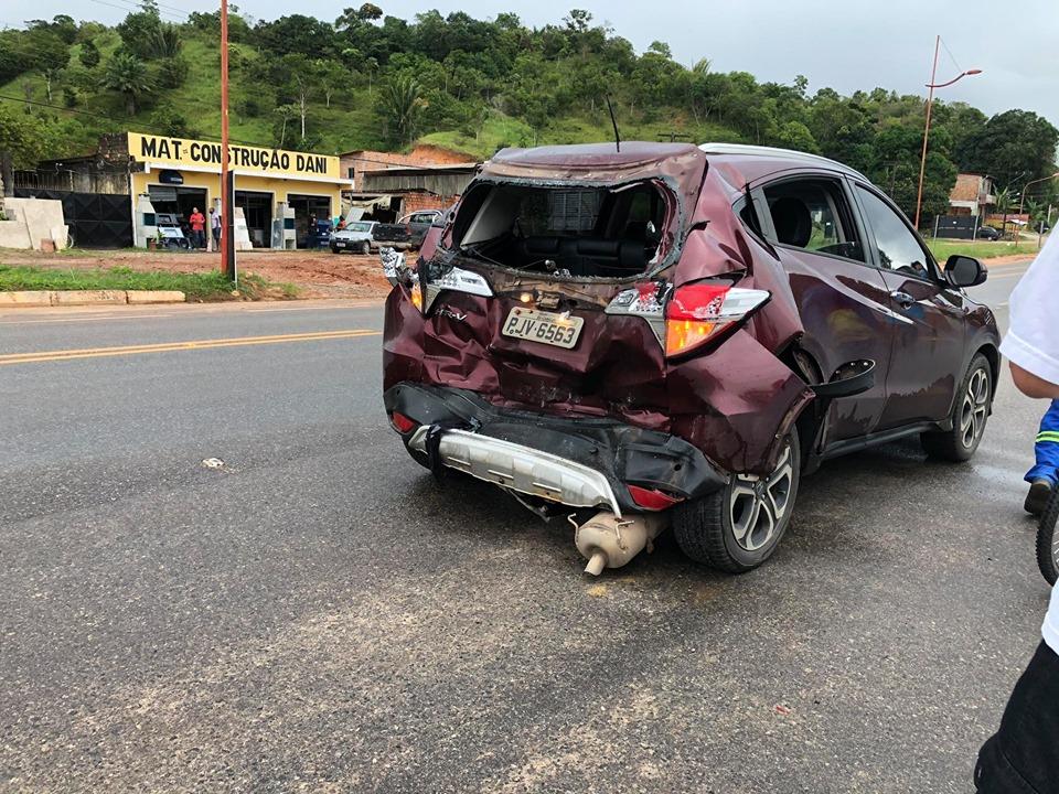 Carro fica parcialmente destruído após colisão no Entroncamento de Mata de São João