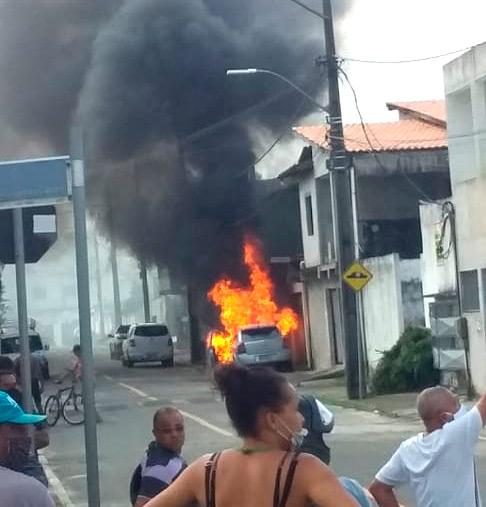 Carro pega fogo no centro de Mata de São João